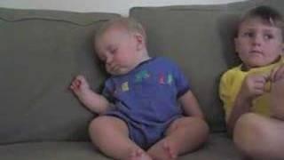 テレビを見ながらソファで寝ちゃう赤ちゃん。かわいいけどおっさんみたいw