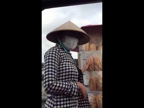 Cô gái bán bánh mỳ cứng nhất Việt Nam