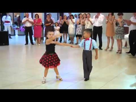 Màn nhảy đẹp mắt của 2 em bé.mp4