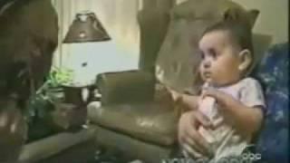 お面の中の人がお父さんとわかり大泣きする赤ちゃん