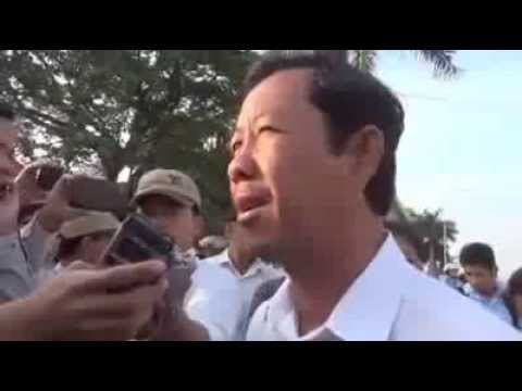 Press Medias Interview with Rong Chhun in front of Phnom Penh Court