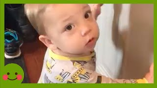 Bebés graciosos en problemas