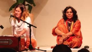 Satyadevi singt und spielt Harmonium