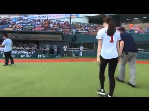 Cú ném bóng chày đỉnh cao của người đẹp Hàn Quốc