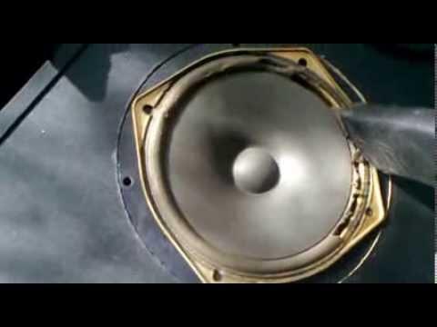 Usuwanie starej sparciałej pianki z głośników Tonsil przed regeneracją Altus 110