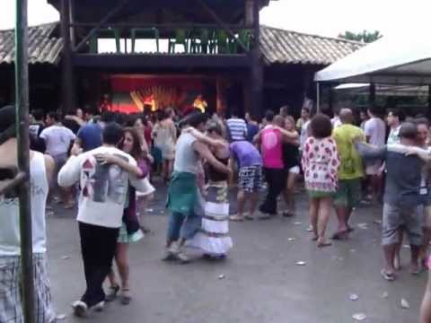 Galera dançando no bar forró 01 Itaunas FENFIT 2011.wmv