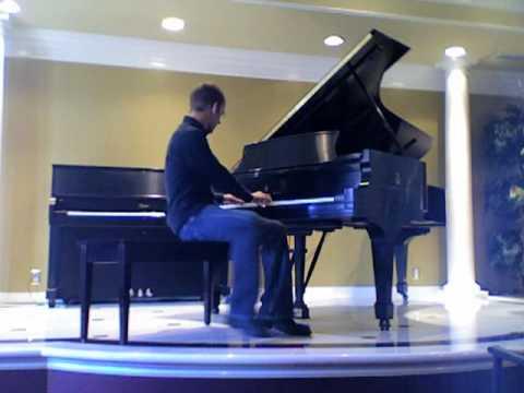 Granie na pianinie tyłem