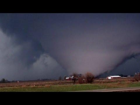 Tornado nos EUA arrasa casas e vira caminhão em estrada  Os 200 habitantes do vilarejo de Fairdale tiveram que ser retirados às pressas. Uma mulher morreu e sete pessoas se feriram.