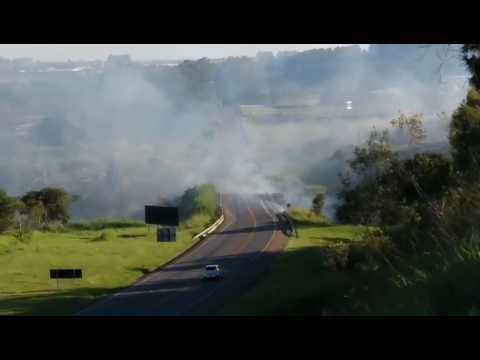 Vídeo ATENÇÃO: Incêndio deixa visibilidade na SP 215 comprometida