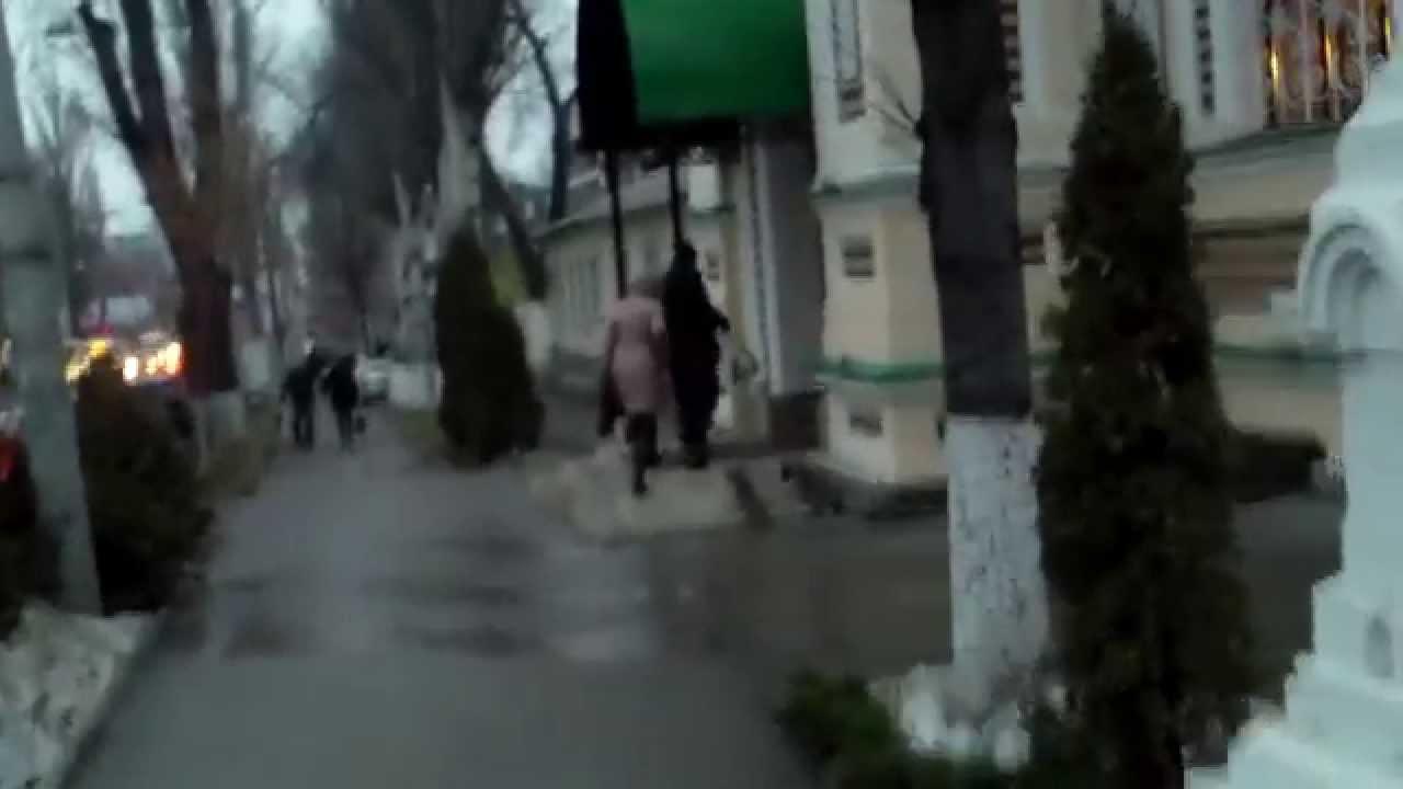 Bătăușul Curărari merge la biserică în timpul muncii