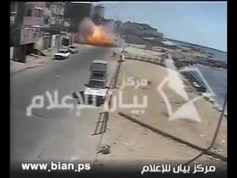 لحظة قصف سيارة في غزة واستشهاد اثنين Israeli bombing of a Palestinian car  two Palestinians