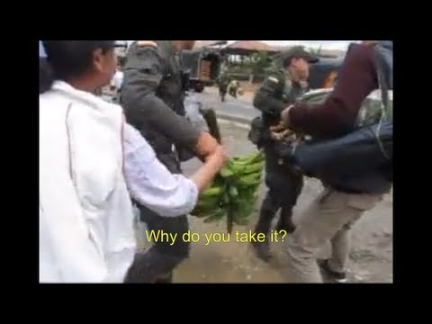 Policía robando comida a campesinos - Colombian Police stealing food to farmers