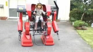 Anak ini dikasih mainan keren oleh ayahnya yakni robot yang bisa di tumpangi