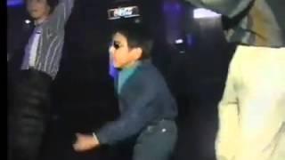 Niño bailando música de los 80's