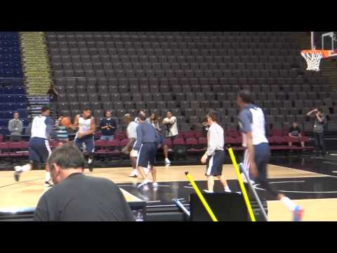 Kevin Durant and his Oklahoma City Thunder team mates practice