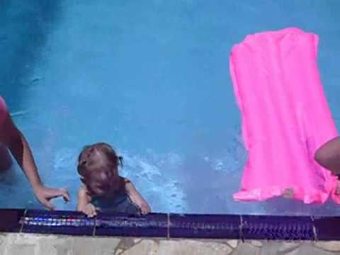 Maria Nadando e Gu se Afogando