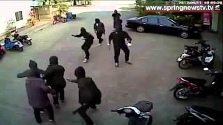 Lucu, Gangster Bawa Golok Lari Terbirit-birit Diacungi Pistol