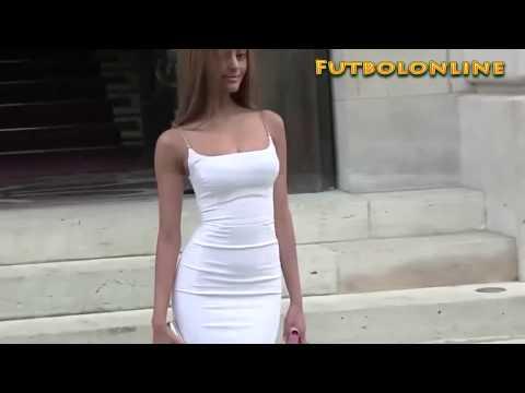 Zahia Dehar hace el ridículo por culpa de un ajustado vestido