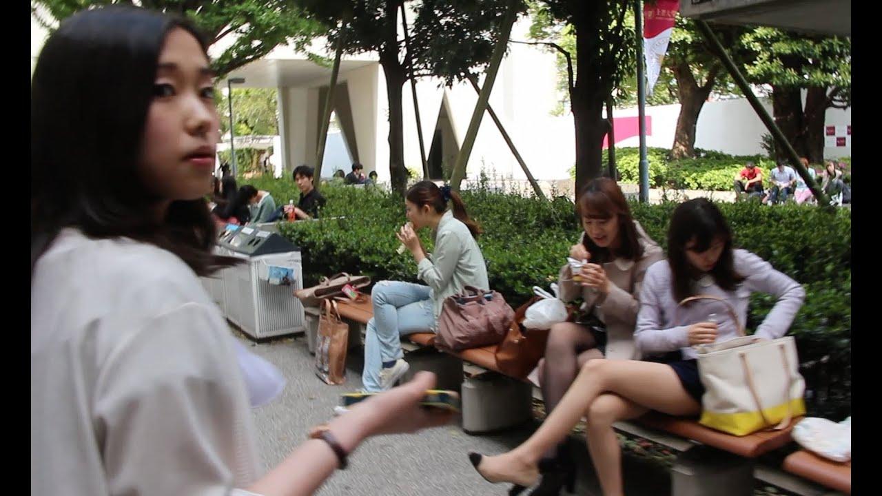 Толпа японских девочек сосут парню 11 фотография