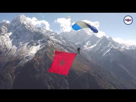 فيديو يحبس الأنفاس..مغربي يغامر بحياته في الهيمالايا من أجل العلم الوطني