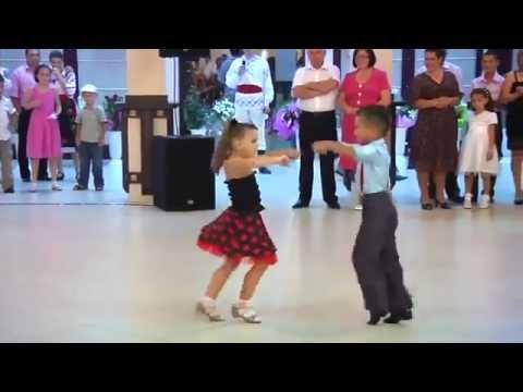 Trầm trồ với màn nhảy khiêu vũ cực điêu luyện của hai bé 7 tuổi