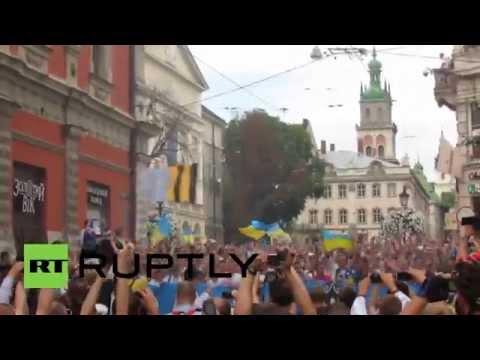 Ukraine: Dynamo Kiev and Shakhtar Donetsk fans insult Putin during march in Lviv