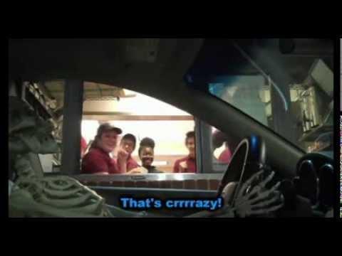broma de esqueleto conduciendo auto y pide comida rapida