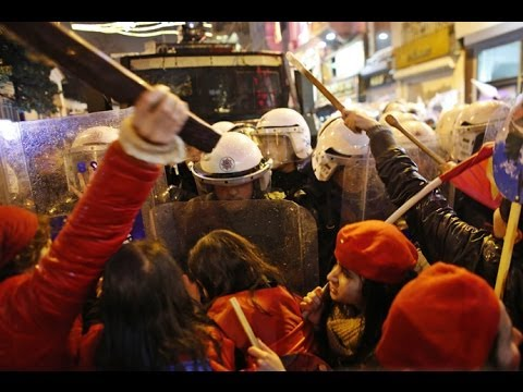 Girls vs Cops: Violent clashes erupt at Intl Women's Day march in Turkey