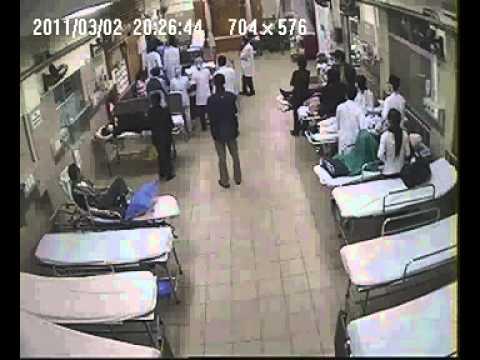 Người nhà bệnh nhân đạp bác sĩ bất tỉnh