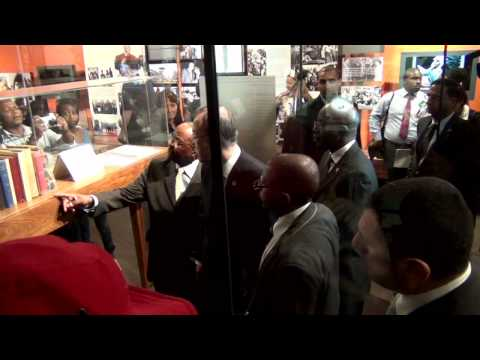 Ban Ki-Moon visits the Nelson Mandela Centre of Memory