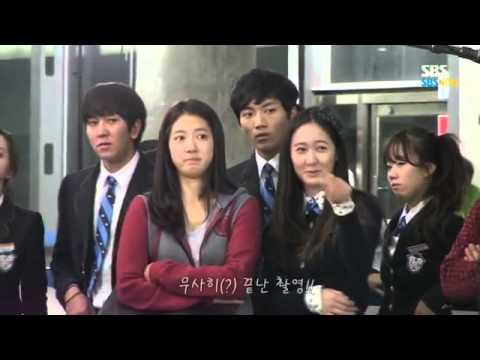 Krystal - Park Shin Hye thích thú nhìn trai đẹp