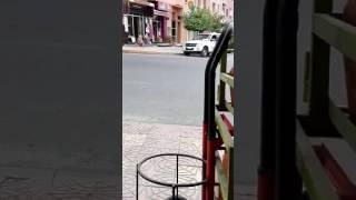 شاهد كيف سرق لص ببني ملال هاتف من داخل سيارة اسعاف