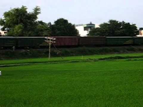 [10/7/2011] D19E-9xx kéo tàu hàng qua Phú Vinh.