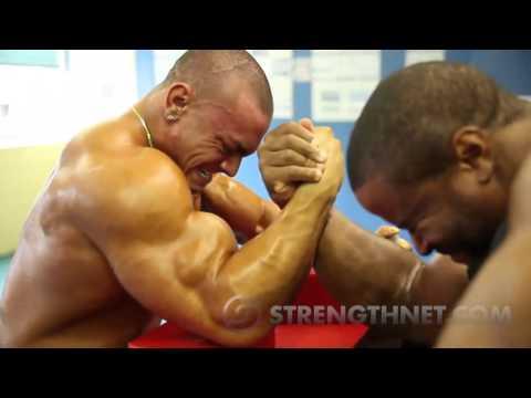 Video Khi những người khổng lồ  đấu vật tay