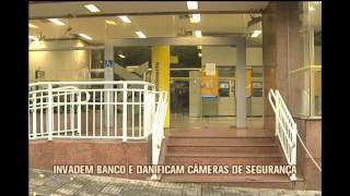 V�ndalos invadem ag�ncia do Banco do Brasil, roubam e danificam c�meras