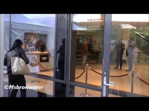 امرأة تهاجم بدر هاري في هولندا