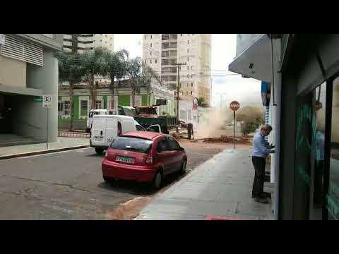 Vídeo Vídeo: Vazamento de tubulação de gás paralisa o Centro de São Carlos