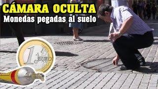 Moneda pegada en el suelo