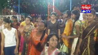 శ్రీ రాజరాజేశ్వరి దేవాలయంలో బతుకమ్మల సందడి.. చిందేసిన మహిళలు (వీడియో)