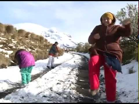 Familias disfrutan de la nieve en Paso de Cortés