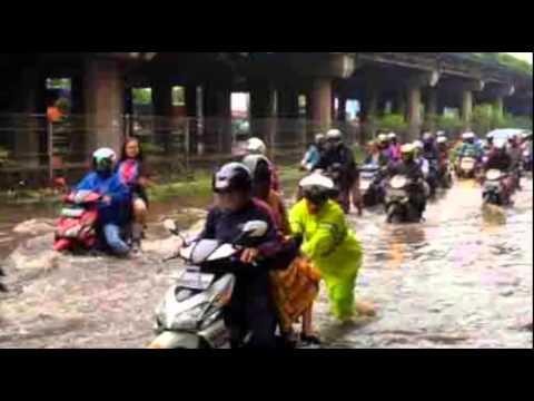 Diwarnai Banjir dan Kecelakaan, Lalu Lintas Pagi Ini Padat