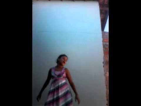 Menina   dançando  a musica da anita  zem