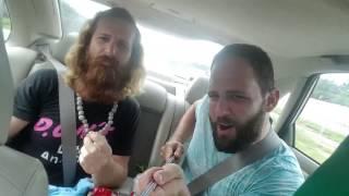 Amigos com pau de selfie em carro filmam o pr�prio acidente