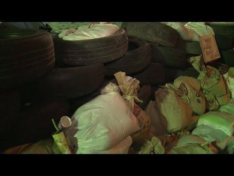 BEHIND BANGKOK PROTEST 'BARRICADE' - BBC NEWS