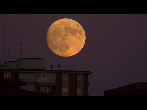 القَمر بدراً ضخما