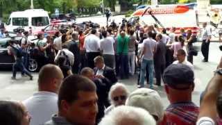 Băsescu s-a înfipt în mulțime, spre disperarea pazei de corp