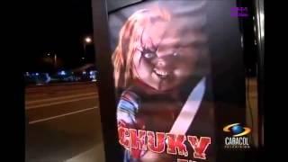 Broma De Chucky En La Parada Del Colectivo Impresionante