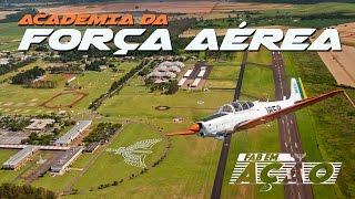 A rotina puxada dos cadetes da Academia da Força Aérea (AFA) é o foco deste FAB em Ação que vai para Pirassununga, no interior de São Paulo. Você vai ver como é a formação dos futuros oficiais aviadores, intendentes e infantes da Aeronáutica. Vamos conhecer o dia a dia de jovens que conciliam um curso superior com o treinamento militar para o comando e a liderança.