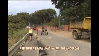 Prefeitura limpa lix�o na Avenida dos Andradas