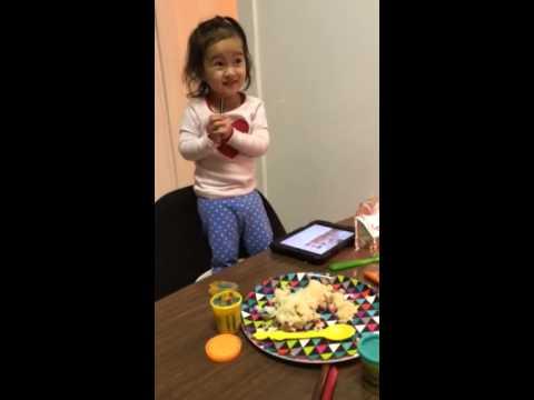 Bé gái 2 tuổi hát Con Bướm Xuân cực hài hước ^^
